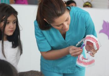 Medicine & Smiles va ofera un periaj al dintilor profesional